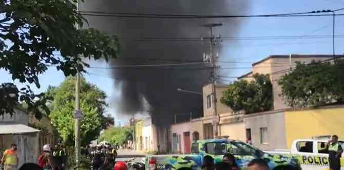 Importante incendio en Tucumán: ardió una maderera en la Capital (VIDEO)