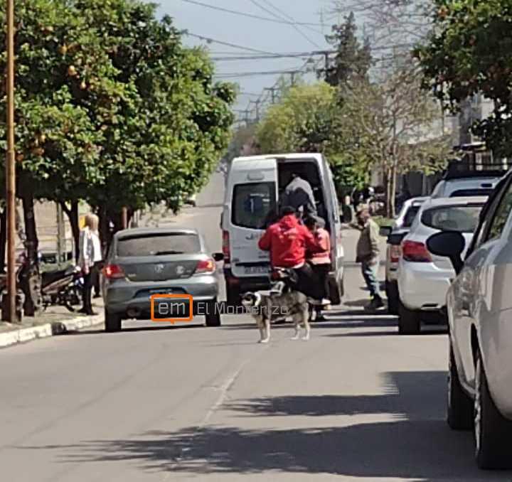 Abrió la puerta de su camioneta y una moto la chocó en Monteros